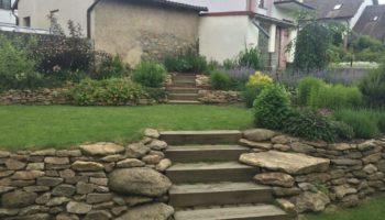 zahrada s dubovými schody