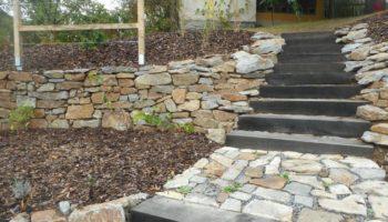 zahrada s kamennými zídkami