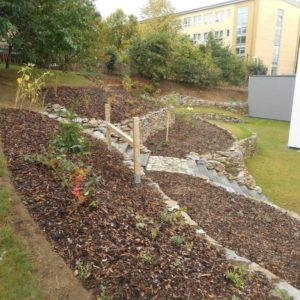 zahrada s kamennymi zidkami_26